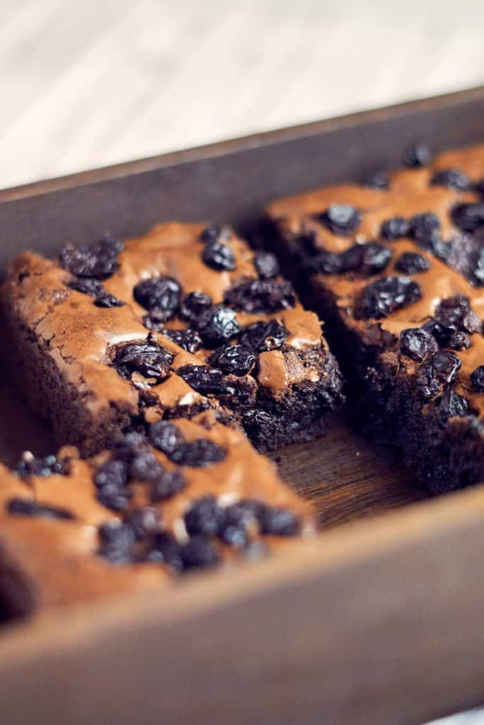 Schwedische Brownies mit Früchten