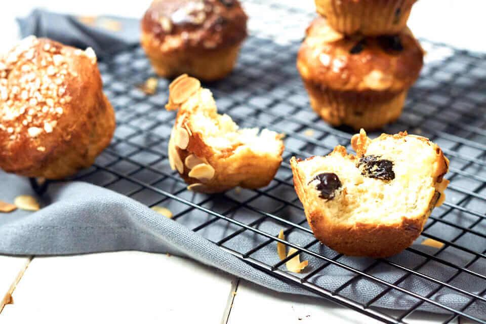 Fruchtige Frühstücksmuffins mit Quark-Hefeteig