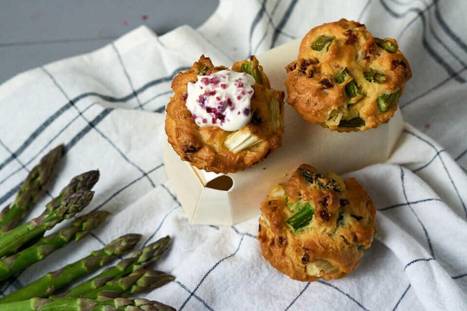 Herzhafte Muffins mit zweierlei Spargel