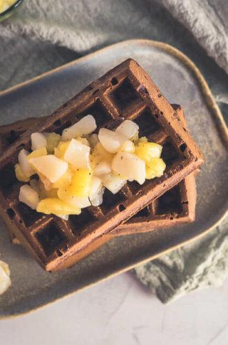 Schoko-Waffeln aus dem Backofen mit Apfel-Birnen-Kompott